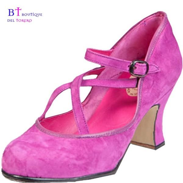 Zapato flamenca profesional con tacón de carrete y con dos correas cruzadas y una de lado a lado en ante rosa