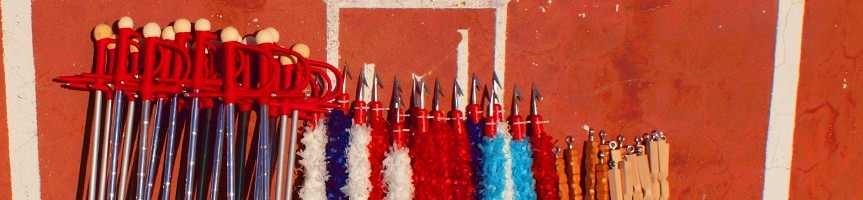 Aides, couteaux et drapeaux